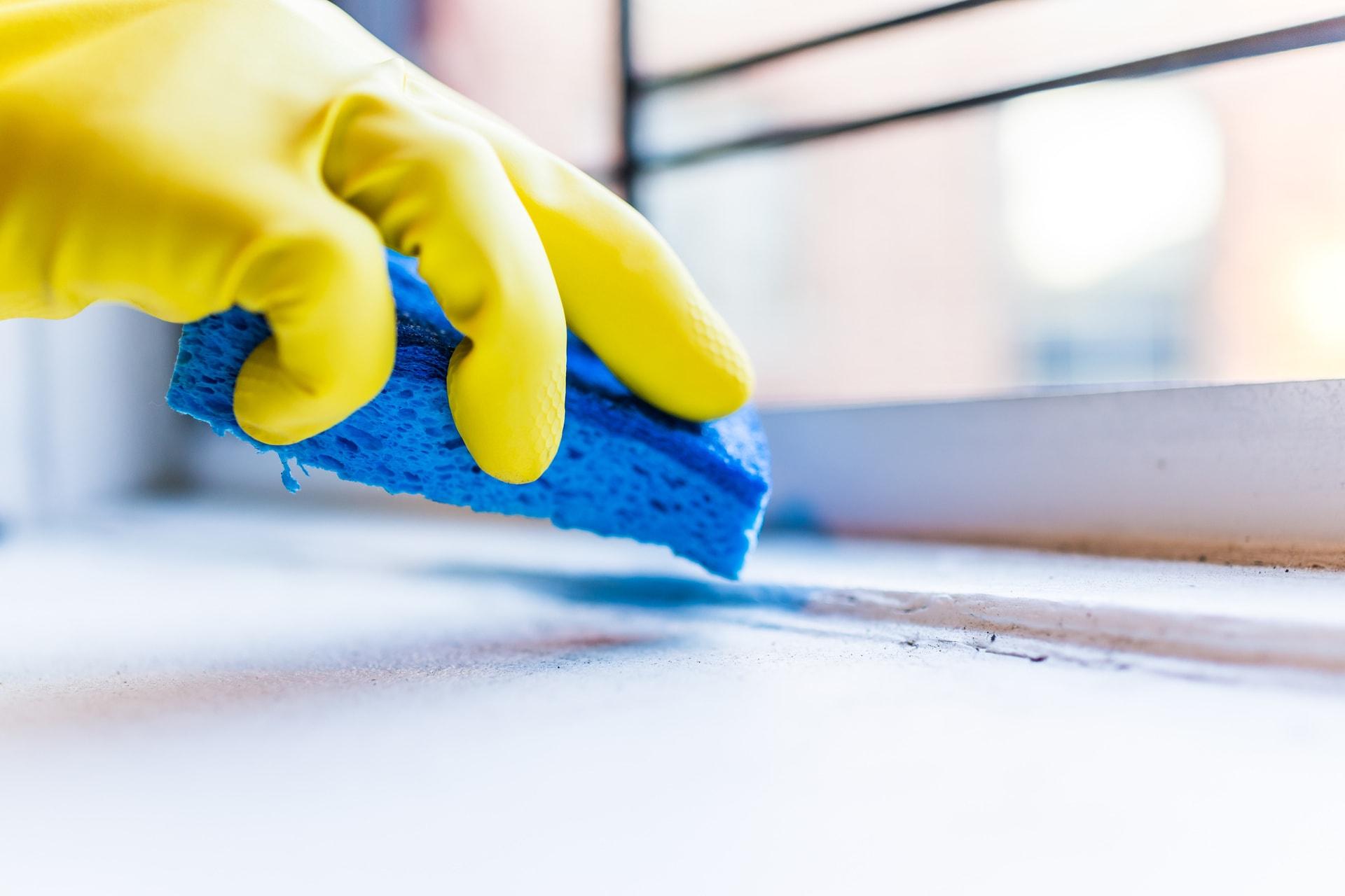 Rengøring af vindueskarm